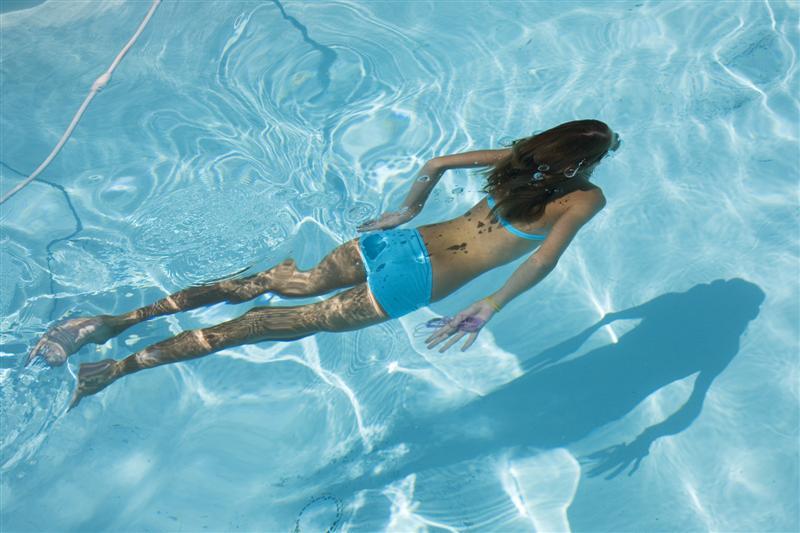 А вот плавать в бассейне в ночных грезах – это возможность почувствовать себя и побыть наедине с собой.