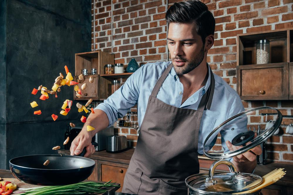 Картинка мужчина готовит завтрак